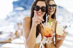 Belles femmes buvant des cocktails Photos stock
