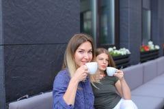 Belles femmes buvant du café au café et au repos Images stock