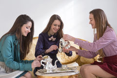 Belles femmes buvant du thé dans la chambre Images libres de droits