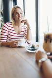 Belles femmes buvant le café et le bavardage Photos libres de droits