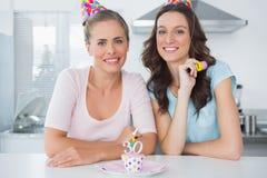 Belles femmes célébrant l'anniversaire Photos libres de droits