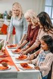 belles femmes décorant la table de Noël photographie stock libre de droits