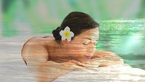 Belles femmes détendant à la station thermale et au paysage paisible de la mer clips vidéos