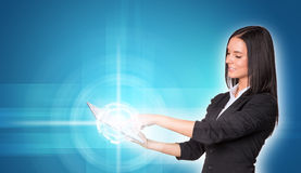 Belles femmes d'affaires dans le costume utilisant numérique Photos libres de droits