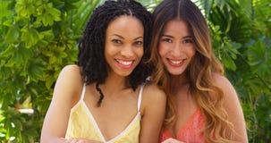 Belles femmes d'Afro-américain et d'Asiatique des vacances ensemble Image stock