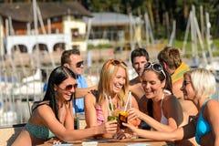 Belles femmes dans des bikinis grillant avec des cocktails Photos stock