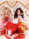 Belles femmes dans des vêtements à la maison confortables célébrant le holida de nouvelle année Photo libre de droits
