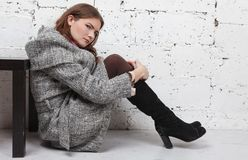 Belles femmes dans le manteau gris image stock