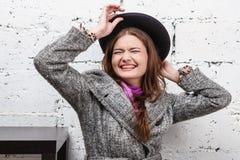 Belles femmes dans le manteau gris photographie stock libre de droits