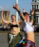 Belles femmes dansing au festival de Cosplay sur un fond de l'amitié de fontaine des nations Images libres de droits