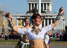 Belles femmes dansing au festival de Cosplay sur un fond de l'amitié de fontaine des nations Image libre de droits