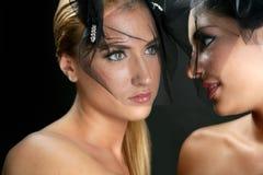 Belles femmes de la mode deux avec le voile Image libre de droits