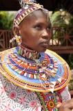 Belles femmes de masai avec les perls en verre de couleur de tradition autour images stock