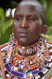 Belles femmes de masai avec les perls en verre de couleur de tradition autour images libres de droits