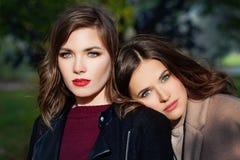 Belles femmes de modèles de ressort avec le maquillage et la coiffure dehors Photos libres de droits
