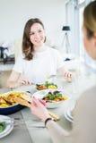 Belles femmes de sourire mangeant ensemble Photos libres de droits
