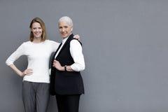Belles femmes de sourire se tenant ensemble, et supérieurs jeunes Photographie stock