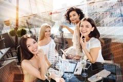 Belles femmes gaies se réunissant au restaurant Photos libres de droits