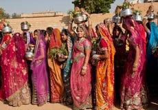 Belles femmes habillées sur le festival célèbre de désert Images stock