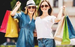 Belles femmes heureuses après l'achat dans la ville image stock