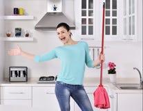 Belles femmes heureuses après nettoyage de la maison Photos stock