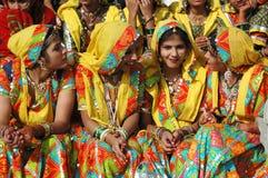 Belles femmes indiennes dans des vêtements traditionnels de rajasthani au chameau de Pishkar juste Photographie stock
