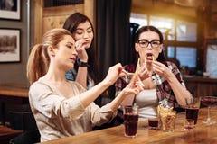 Belles femmes jouant avec des pommes de terre de fritte Photos stock
