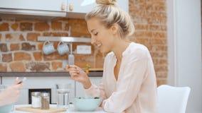Belles femmes mangeant de la salade et parlant à la maison clips vidéos