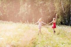 Belles femmes marchant en parc d'été Image stock