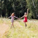 Belles femmes marchant en parc d'été Photographie stock