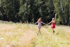 Belles femmes marchant en parc d'été Photographie stock libre de droits