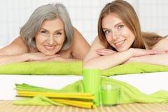 Belles femmes obtenant le traitement de station thermale Photos stock