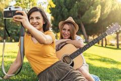 Belles femmes prenant un portrait de selfie en parc Photo libre de droits