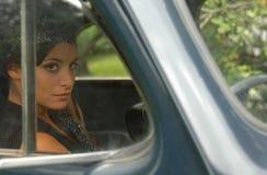 Belles femmes s'asseyant dans une vieille voiture photographie stock libre de droits