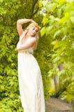 Belles feuilles de fille et de vert photos libres de droits