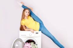 Belles fille et machine à laver minces sur le fond blanc Publicité des appareils électroménagers Images libres de droits