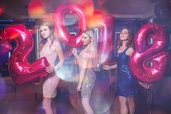 Belles filles élégantes à la partie de la nouvelle année 2018 Photos stock