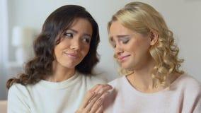 Belles filles étreindre, souriant à l'un l'autre, meilleurs amis réconciliant clips vidéos
