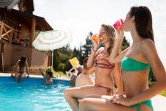 Belles filles appréciant des vacances Photo libre de droits