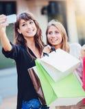 Belles filles avec des paniers prenant a Image libre de droits