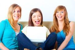 Belles filles avec l'ordinateur portatif Photo libre de droits
