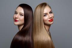 Belles filles avec les cheveux sains Images stock