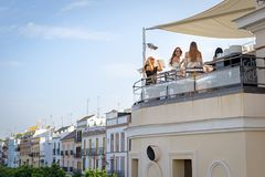 Belles filles ayant l'amusement à la barre de dessus de toit près de la rivière du Guadalquivir, Séville, Espagne Photographie stock libre de droits