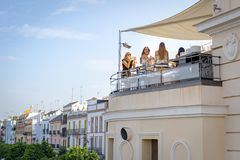 Belles filles ayant l'amusement à la barre de dessus de toit près de la rivière du Guadalquivir, Séville, Espagne Image stock