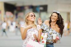 Belles filles ayant l'amusement dans les achats Photographie stock