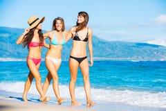 Belles filles ayant l'amusement marchant sur la plage Images stock
