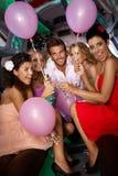 Belles filles ayant la réception dans la limousine Photos libres de droits