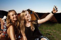 Belles filles blondes sourire, faisant le selfie Guimauve de gril de camping Photo stock