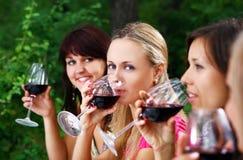 Belles filles buvant du vin Photographie stock