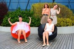 Belles filles célébrant le ressort dans la ville de Vilnius Photo libre de droits